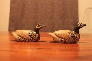 2 Canards sculptés à la main dans des cornes de buffle