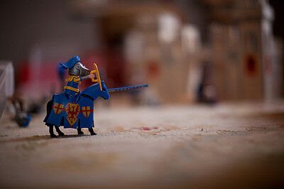 Der Ritter mit Rüstung und Lanze kämpft für die Ehre (Shawn Calvert (CC BY-NC-SA 2.0))