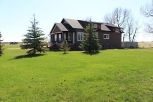 GORGEOUS RENOVATED FARM HOUSE Minutes from Tofield