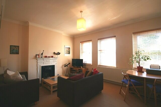 SPACIOUS TWO BED FLAT IN HEART OF FULHAM CLOSE TO SHOPS + RESTAURANTS! AMPLE STORAGE, STYLISH FEEL!