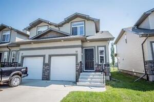 3 Bedroom Townhome w Vaulted Ceilings, Yard and Garage!