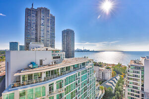 Spacious 2 +Den Retirement Condo In Hearthstone By The Bay!