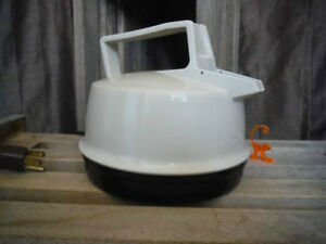 Toastess 750 Electric Kettle - Made in Canada - Works great