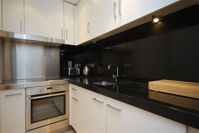 Studio flat in Ontario Tower, Fairmount Avenue, Isle of Dogs