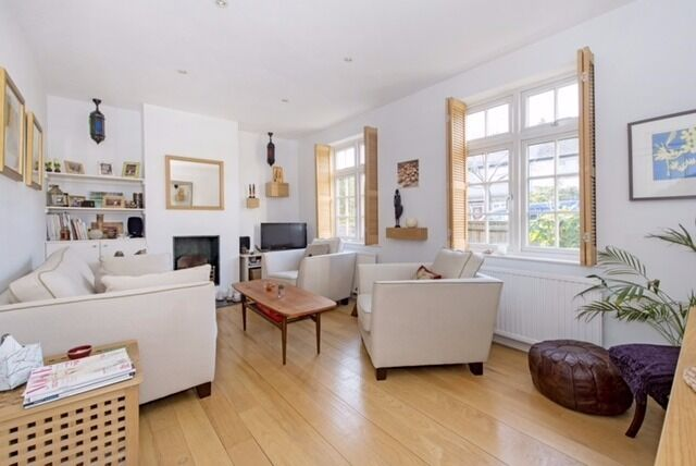 A well presented three bedroom house to rent in this quiet residential street in Southfields.