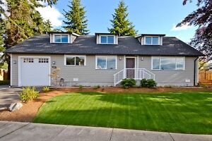 Like New Executive Home five minute walk to Parksville Beach