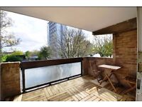 Spacious 3 bedrooms on 2 floors, Patio overlooking Regent's canal. close to the station.