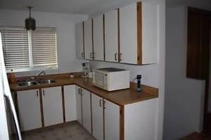 Armoire de cuisine   comptoir  lavabo et robinet