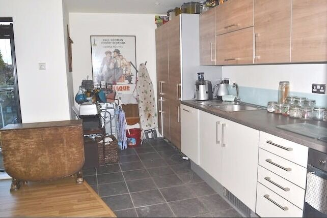 Fantastic 1 bed flat to rent in Tower Hill, 3 mins from station & only 10 mins from London
