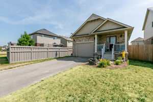 Absolutely beautiful family home in sought after neighbourhood!