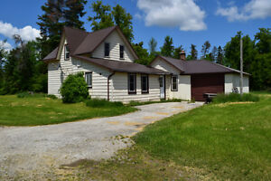 Great property! Century home on large and private lot in Angus!