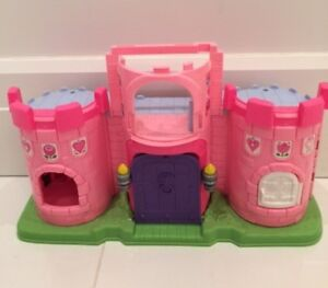 fisher price castle with missing roof/ jouet chateau