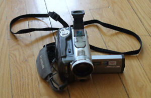 caméra vidéo Canon + 3 batteries, manette, sac de cuir, chargeur