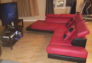 BEAUTIFUL MODERN LEATHER SECTIONAL COUCH*PRICED FOR QUICK SALE*