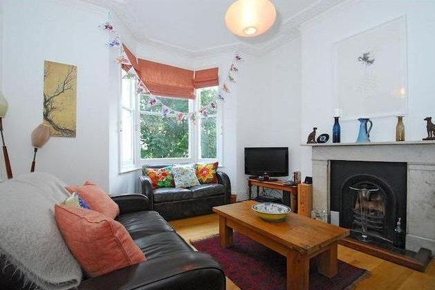HUGE SPLIT LEVEL 2 BED APARTMENT 1 MINUTE FROM OVAL - £440PW