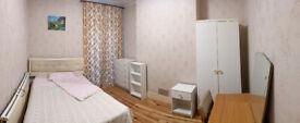 Double Room, Montague Road TW3, sole use shower/toilet: 2 min Tube, Blenheim & Treaty & Shops