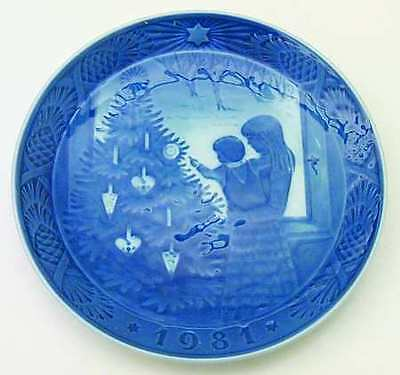 Royal Copenhagen 1981 Christmas Plate MINT CONDITION Admiring the Christmas Tree on Rummage