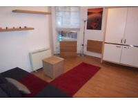 Bright and spacious bedsit in Queens Park
