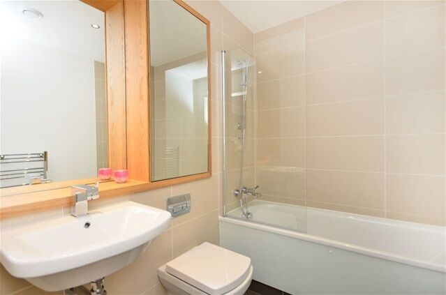 2 bedroom flat in Admirals Tower, 8 Dowells Street, Greenwich