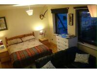 Double bedroom in Newington couples welcome