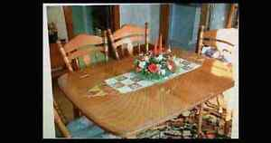 Maple dinning room table and 4 chairs with leaf