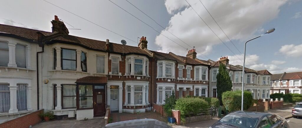 * BEAUTIFUL NEWLY PAINTED THREE BEDROOM HOUSE IN OFF ILFORD LANE IG1*