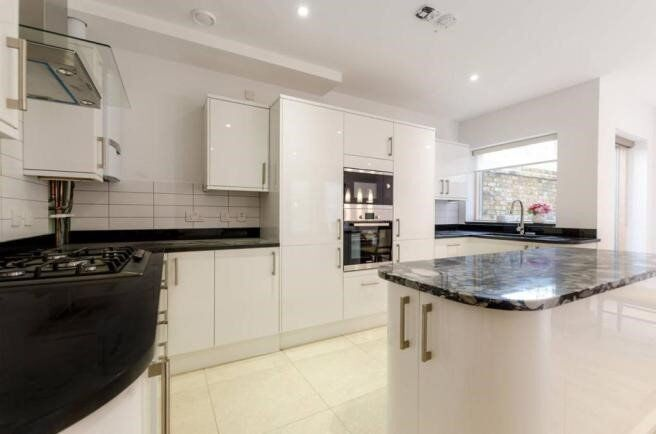 *Stunning, Modern and Bright 4 Bed apartment in popular Mile End area*
