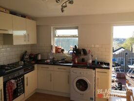 Split level 2 bed with roof terrace on Upper Street (10 seconds to Highbury and Islington)!!!