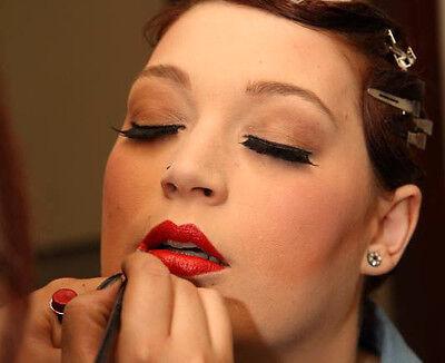 Klassisch rote Lippen sind zeitlos und sinnlich.