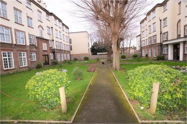 THIS IS A BARGAIN!!!!!!!!!!!!!MUST BE VIEWED!ground floor studio apartment for sale