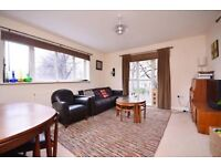 Three bedroom flat with a private balcony and spacious eat in kitchen in Mile End E3 LT REF: 4267753