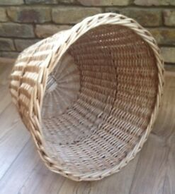 UNUSED ATTRACTIVE WICKER BASKET. MANY HOUSEHOLD/DECORATIVE USES