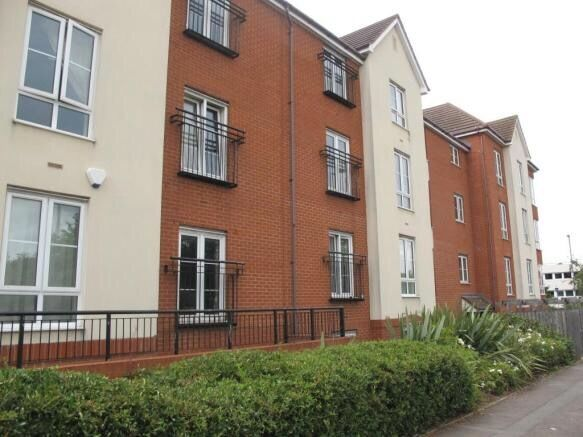 1 bed flat to rent in desirable area with secure entrance and car park