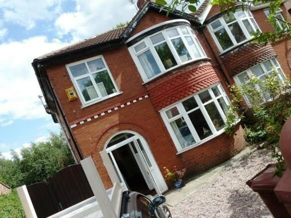 5 bed house,Fallowfield access to University, city,amenities,public transport,bars shops, 2 toilets