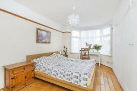 Sunny double room. Wood Green, Piccadilly line. North. 180