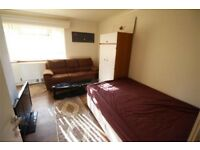 A very nice, spacious, clean room + own bathroom in a quiet flat
