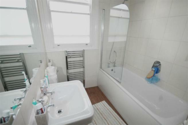 NEWLY REFURBISHED SPACIOUS THREE BEDROOM FLAT MINS FROM WOOD GREEN STATION WITH EXCELLENT BUS LINKS