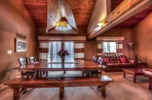 6 Bed Blue Mountain Summer Getaway with Private Beach