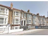 Studio flat in Plumstead High Street, London, SE18