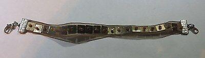 Bracelet en tissu tulle garni de plaquettes dorées surmontées de petites perles