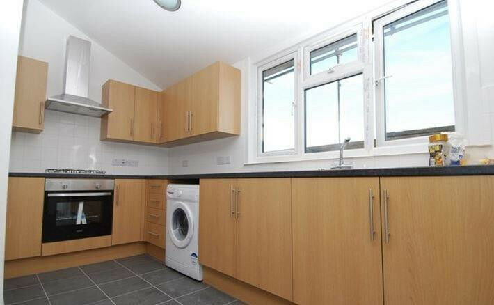 BRIGHT and AIRY SPACIOUS 2 bedroom property on quiet tree lined street