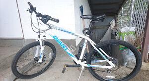 Giant Mountain Bike - White - Medium - 21 Speed - Disk Brakes