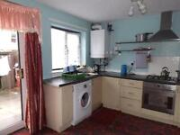 CHEAP MODERN SINGLE ROOM NEAR TOWN CENTRE PARKING NEAR SUPERMARKETS AND BUS ROUTES