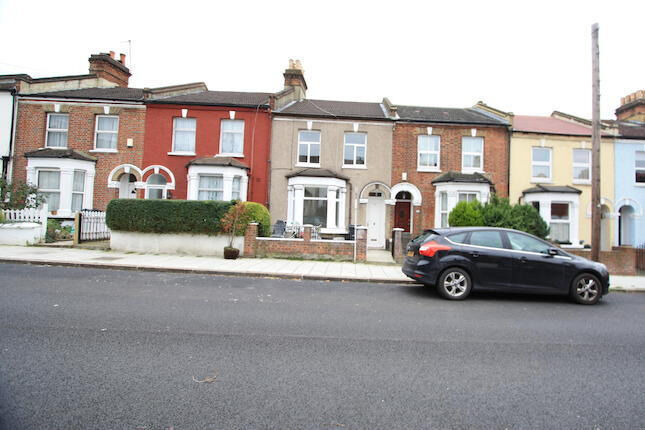 Modern clean 4 double bedroom house. 5mins walk to Streatham or Streatham Common Train Station