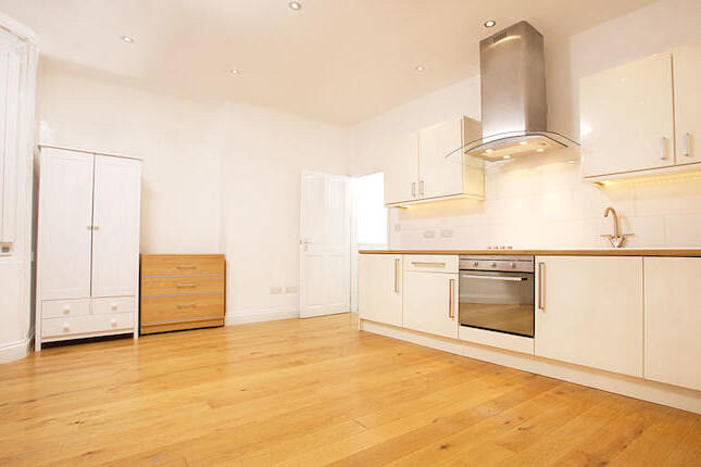 Newly refurbished 1 bed in Elephant & Castle ideal for couples! Students welcome!