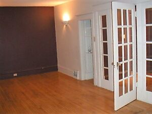 2Bdrm 1/2 Block to Brodie Ctr&HSC Ideal for Student/Professional