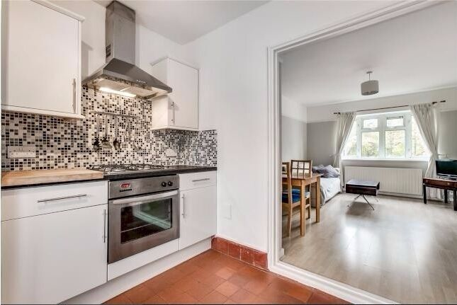 A Large 2 bed Flat on the 1st Floor over looking common on Rocks Lane SW13 0DA