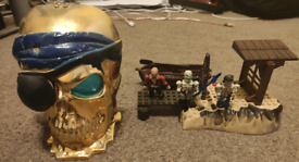 Mega blocks pirates of caribbean.golden skull