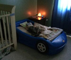 Lit d'enfant auto bleu