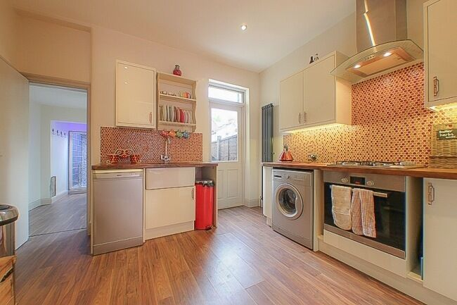 Available 5th Aug Stylish modern 3 bedroom family home close to transport £1900 pcm
